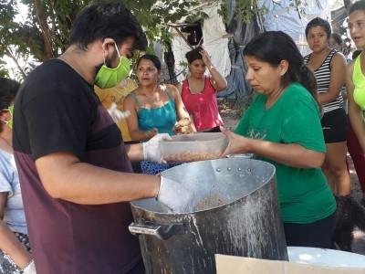 26 de Marzo-Cada vez más gente sin trabajo por la cuarentena busca alimentos en los Comedores Sociales de la Ciudad