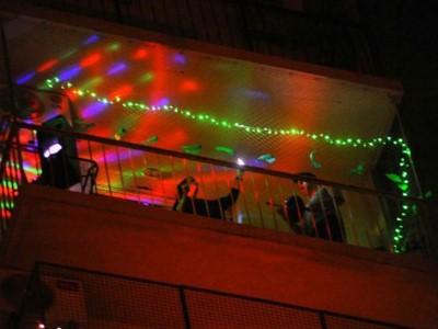 """07 de Junio-Todos los viernes los vecinos participan desde sus balcones del """"Devoto Fest"""""""