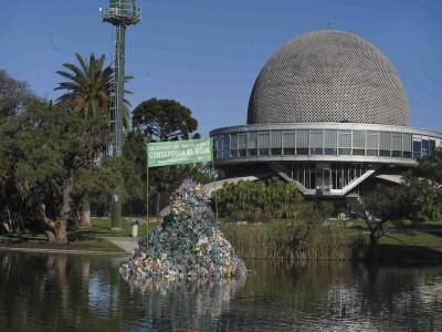 15 de Abril-Colocaron una isla flotante de plástico frente al Planetario para concientizar sobre la contaminación del agua_