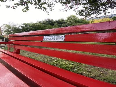 27 de Abril-Para concientizar sobre el maltrato infantil colocaron un Banco Rojo en una Plaza de Balvanera_